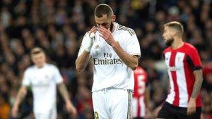 Benzema lamentando el fallo de una ocasión