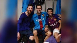 Busquets, en el centro de la imagen, junto a Messi y Suárez