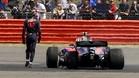 Carlos Sainz, junto a su Toro Rosso tras el abandono