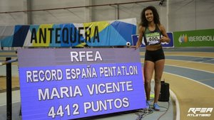 La catalana posando junto a su récord nacional de pentatlón
