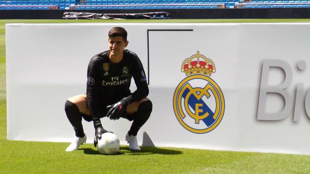 Courtois besa el escudo del Real Madrid en el Bernabeu
