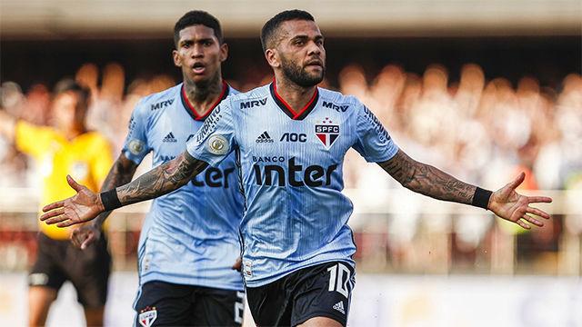 Dani Alves se estrena como goleador en el Sao Paulo con este jugadón marca de la casa
