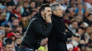 Eder Sarabia, dando instrucciones junto a Setién en el Bernabéu
