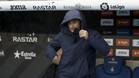 Ernesto Valverde, protegiéndose del temporal