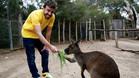 Fernando Alonso, con un canguro del zoo Victoria de Melbourne