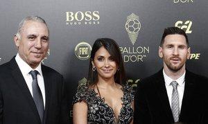 Hristo Stoichkov junto a Lionel Messi y su esposa Antonella Roccuzzo llegando a la gala del Balon de Oro France Football 2019 en el Chatelet Theatre en Paris.