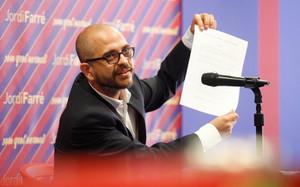 Jordi Farré muestra el documento de su preacuerdo con Botemanía