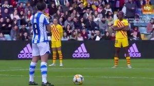 Las jugadoras de la Real Sociedad y el FC Barcelona en el plante inicial de la final de la Supercopa Femenina