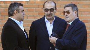 Los ex jugadores del Atlético de Madrid Quique Ramos (i) y José Luis Capón (c), y el ex presidente del Comité de Entrenadores, Mariano Moreno