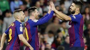 Luis Suárez se abraza a Messi y Alba en el Benito Villamarín