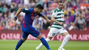 Luis Suárez intenta un remate a portería