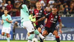 Lukaku lucha un balón con Nainggolan en el Cagliari - Inter