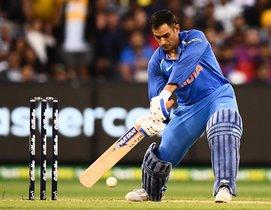 Mahendra Singh Dhoni de India juega un tiro durante el tercer partido internacional de cricket de un día entre Australia e India en el Melbourne Cricket Ground en Melbourne.