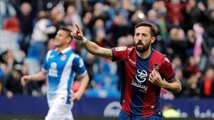 Morales, celebrando el gol que ha conseguido de penalti