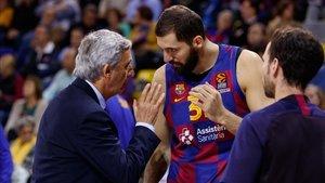 Pesic y Mirotic dialogran durante el duelo ante el Maccabi