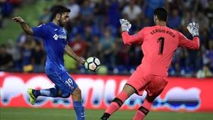 Sergio Rico salvó la victoria del Sevilla parando este remate a Jorge Molina