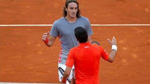 Tsitsipas saludando a Djokovic tras la final