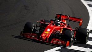 Vettel tuvo problemas con su chasis en el piano en Silverstone