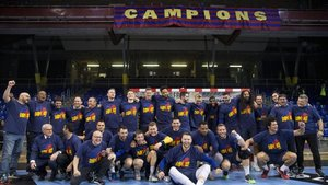 El equipo posó con la camiseta conmemorativa del título de Liga