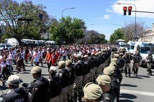 Fuerzas de seguridad custodian la salida del estadio Monumental de los seguidores de River Plate tras la nueva suspensión de la Final de la Copa Libertadores tras la agresión al autocar de los jugadores de Boca Juniors