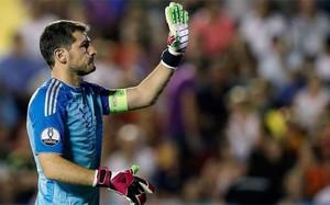 Iker Casillas no vive su tarde más plácida en el Santiago Bernabéu