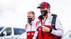 Kimi, entrando en el paddock de Nurburgring junto a Mick Schumacher