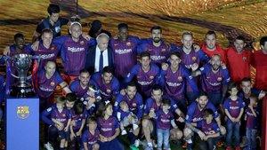Los jugadores del Barça celebran en el Camp Nou la conquista del título de LaLiga 2017/18