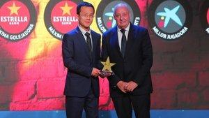 Mao Ye Wu recibió el trofeo de manos de Joan Soteras, presidente de la FCF