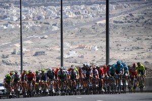 El pelotón durante la disputa de la cuarta etapa del Tour de Oman entre Yiti (al-Sifah) y Masqat