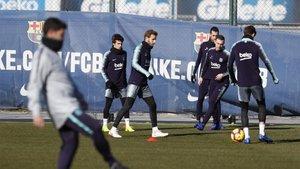 Sergi Samper participa en un rondo en el entrenamiento del Barça de este viernes