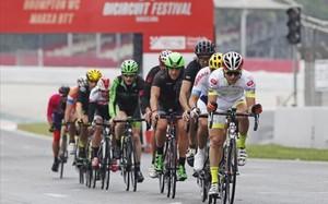 Algunos de los ciclistas participantes, sobre el asfalto