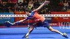 El argentino Franco Stupaczuk golpea una bola durante la semifinal masculina del Bilbao Open de padel 2018