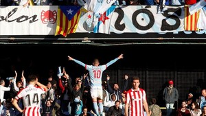 Aspas celebra un gol ante la decepción de los rojiblancos