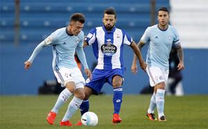 Bruno Gama, del Deportivo, disputa un balón con Dejan Drajic