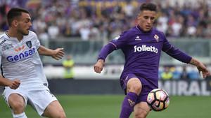 Cristian Tello (derecha) no descarta volver a defender la camiseta de la Fiorentina la próxima temporada