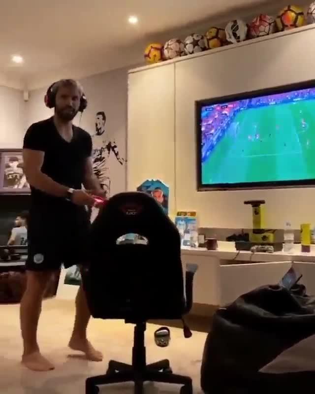 El curioso uso que le da Agüero a su trofeo de jugador del mes de la Premier