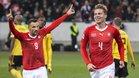 Elvedi celebra el cuarto gol ante la mirada de Seferovic