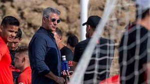 Gil Marín conversa con Simeone durante un entrenamiento