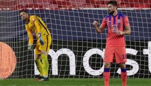 Giroud celebrando su cuarto gol de la noche, tras convertir un penalti que él mismo había provocado