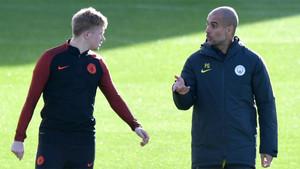 Kevin de Bruyne y Pep Guardiola durante un entrenamiento del Manchester City