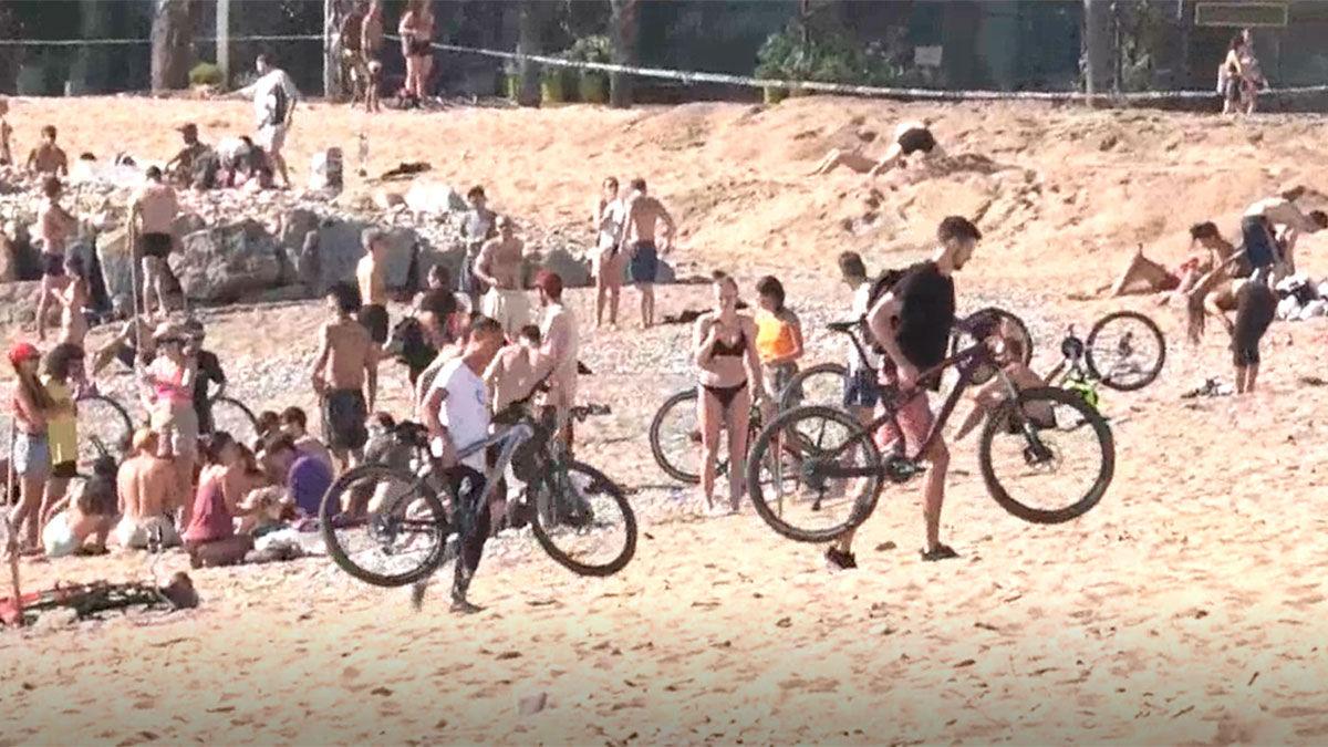 Las playas se abren por primera vez en Barcelona con confusión sobre los términos de uso