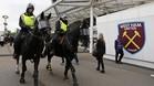 Los fans del West Ham molestaron a la policía inglesa