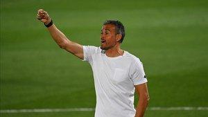 Luis Enrique, dirigiendo a España ante Ucrania