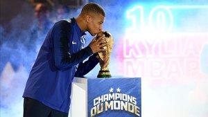 Mbappé besa la Copa del Mundo conquistada en Rusia en 2018