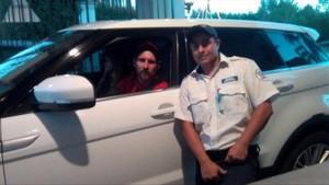Messi, con un policía de Rosario