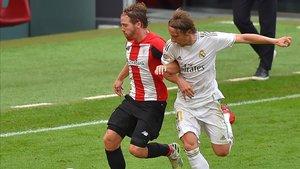 Muniain pugna con Modric por un balón en el centro del campo