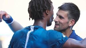 Novak Djokovic abraza a Gael Monfils tras el partido