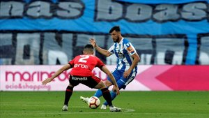 Sastre defendiendo a Borja Valle del Deportivo en una acción del play-off de ascenso