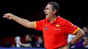 Scariolo dirigiendo un partido de la selección española