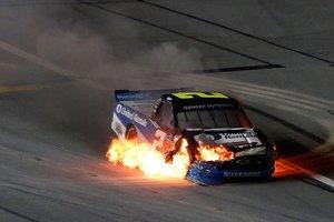 Sheldon Creed conduce su Chevrolet incendiado durante la NASCAR Gander Outdoors Truck Series NextEra Energy 250 en el Circuito Internacional Daytona en Daytona Beach, Florida.